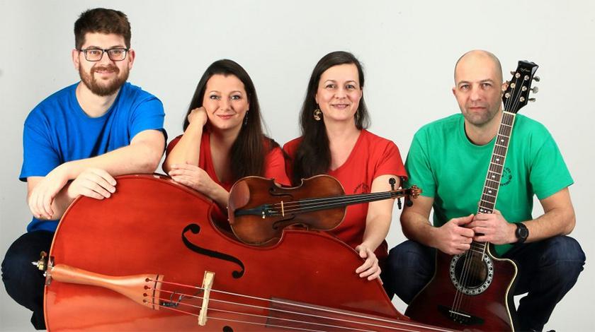 Baksa Péter - nagybőgő, Tamás Éva - ének, játékmester, Bogárdi Aliz - hegedű, vokál, Pozsgai Tamás - gitár.