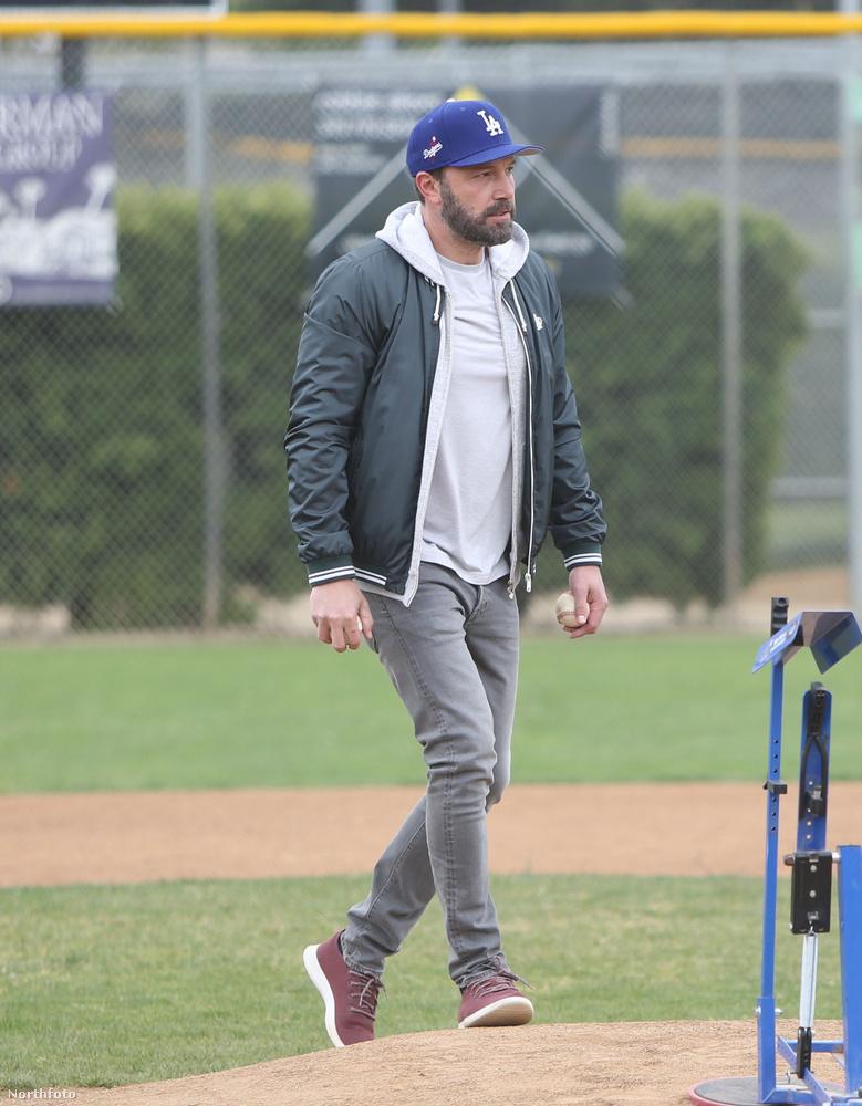 Nem vagyunk vele teljesen tisztában, hogy mire szolgál a kép jobb alsó sarkában látható alkalmatosság, de az biztos, hogy valamit csinálni kellett vele, amikor Ben Affleck vasárnap elvitte a kisfiát baseballozni Santa Monicában.