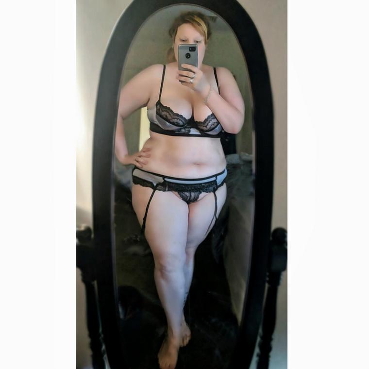 Karla ma 28 éves és plus size modellként dolgozik és büszkén vállalja, hogy testalkata eltér az átlagtól.Szeretné, ha a nők fel mernék vállalni, hogy szeretik és élvezik a szexet, és legalább annyira önfeledtek tudnának erről beszélni, mint ő.
