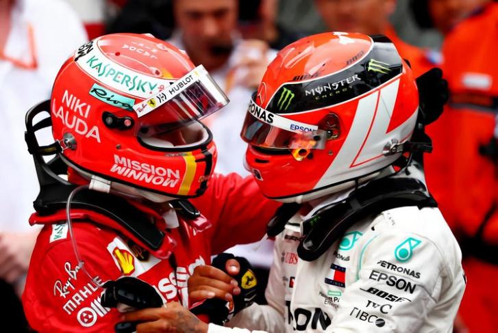 Vettel (balra) a 70-es évek, Hamilton a 80-as évek Lauda-sisakjában Monacóban