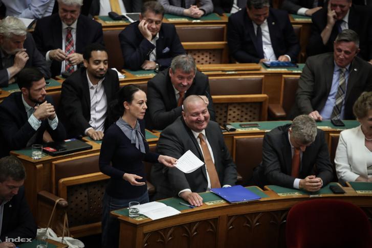Szabó Tímea felszólalása, mellette Németh Szilárd