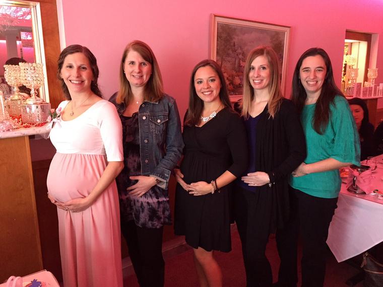 Micki (34), Amie (36), Kristi (31), Kristen (45) és Celeste (37) öt jó barátnő, akik a neten ismerkedtek össze