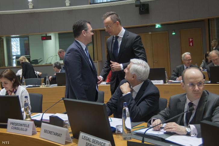 Szijjártó Péter külgazdasági és külügyminiszter (középen j) és Stefan-Radu Oprea üzleti környezetért kereskedelemért és vállalkozásokért felelős román miniszter a munkaülés elnöke (középen b) beszélget a Külügyek Tanácsa kereskedelmi formációjú munkaülése előtt Brüsszelben 2019. május 27-én.