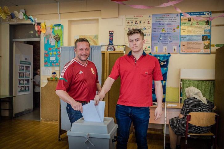 Ujhelyi István és fia leadják szavazatukat az európai parlamenti választáson.