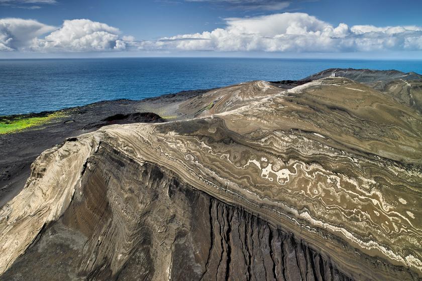 Az Izland melletti Surtsey szigete mindössze 55 éves, és csupán néhány kivételezett kutató látogathatja. Mindezt azért, hogy emberi beavatkozás nélkül megfigyelhessék a szigetet. A szigetről korábban bővebben is írtunk, ahol még több képet láthatsz róla.