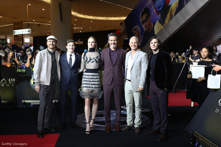 Íme a premieren részt vett összes híresség: Michael Fassbender színész, Tye Sheridan színésznő, Sophie Turner, akiről eddig végig szó volt, Simon Kinberg rendező, Hutch Parker producer és Evan Peters színész, aki az American Horror Story rajongóinak különösen nagy kedvence lehet.