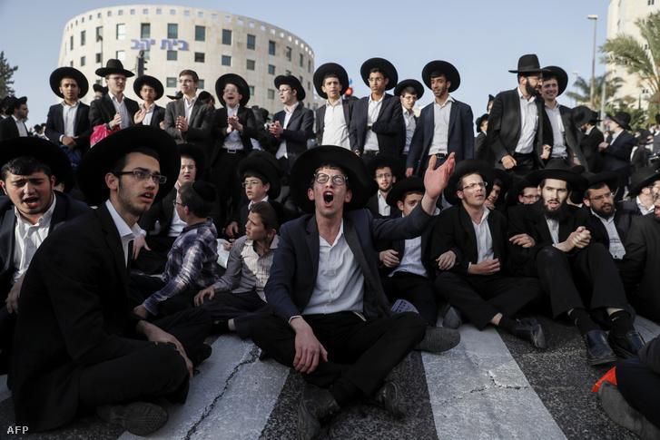 Ultraortodox zsidók tüntetnek a kötelező katonai szolgálat ellen Izraelben 2019 márciusában.