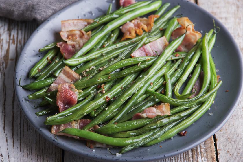 Roppanós, tepsis zöldbab fűszeresen, baconnel sütve: hogy ez milyen finom
