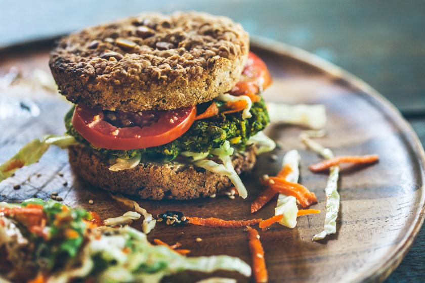 Könnyű, ropogós falafelt otthon is készíthetsz, ami aztán tökéletes hamburgerzsemleként funkcionálhat, ha kicsit nagyobbra és laposra sütöd. A falafel közé pedig mehetnek a zöldségek, spenót, paradicsom, vagy bármi, amit szeretnél.