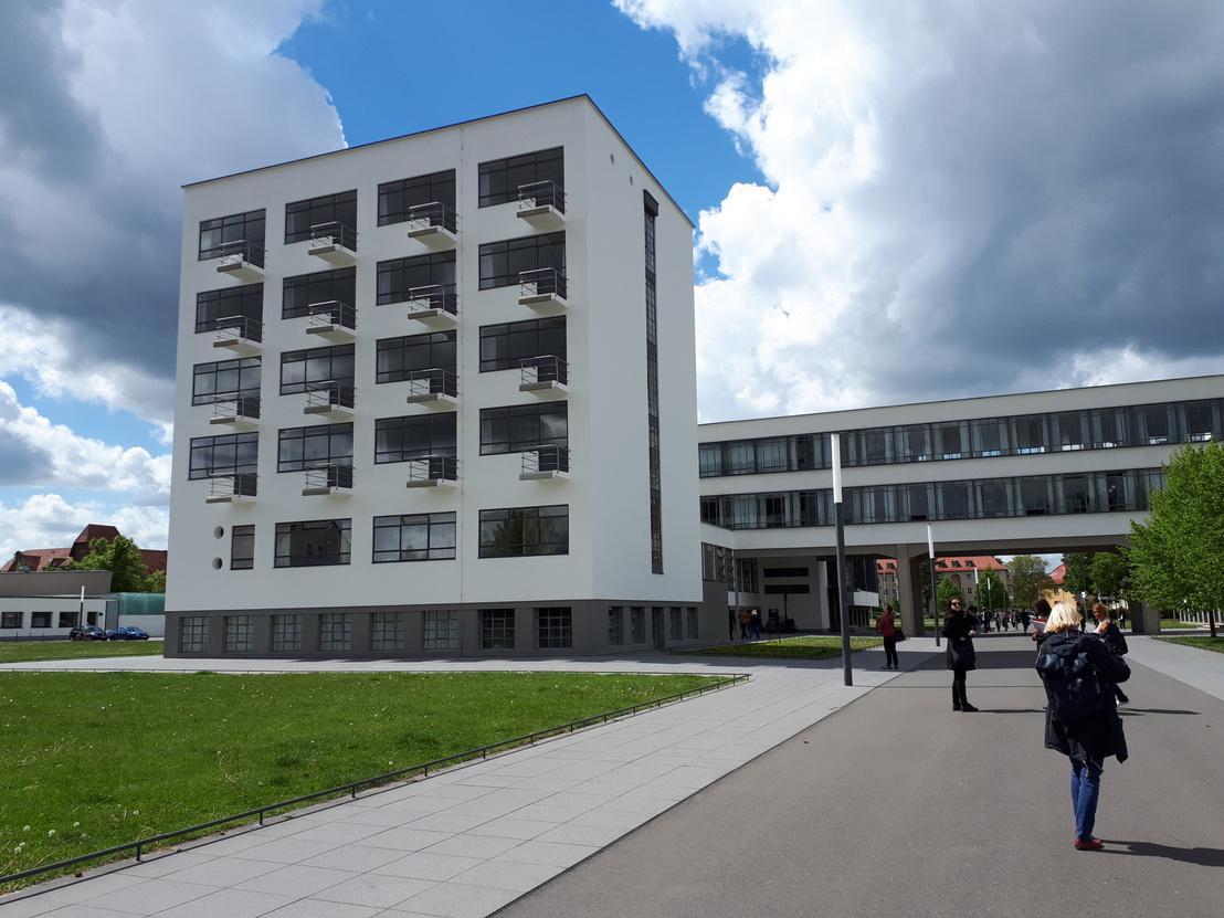 A kollégium épülete a dessaui Bauhausban. Egyszemélyes szobákhoz egyszemélyes erkélyek. A kollégiumban ma is bárki megszállhat, de az erkélyekre már nem lehet kimenni