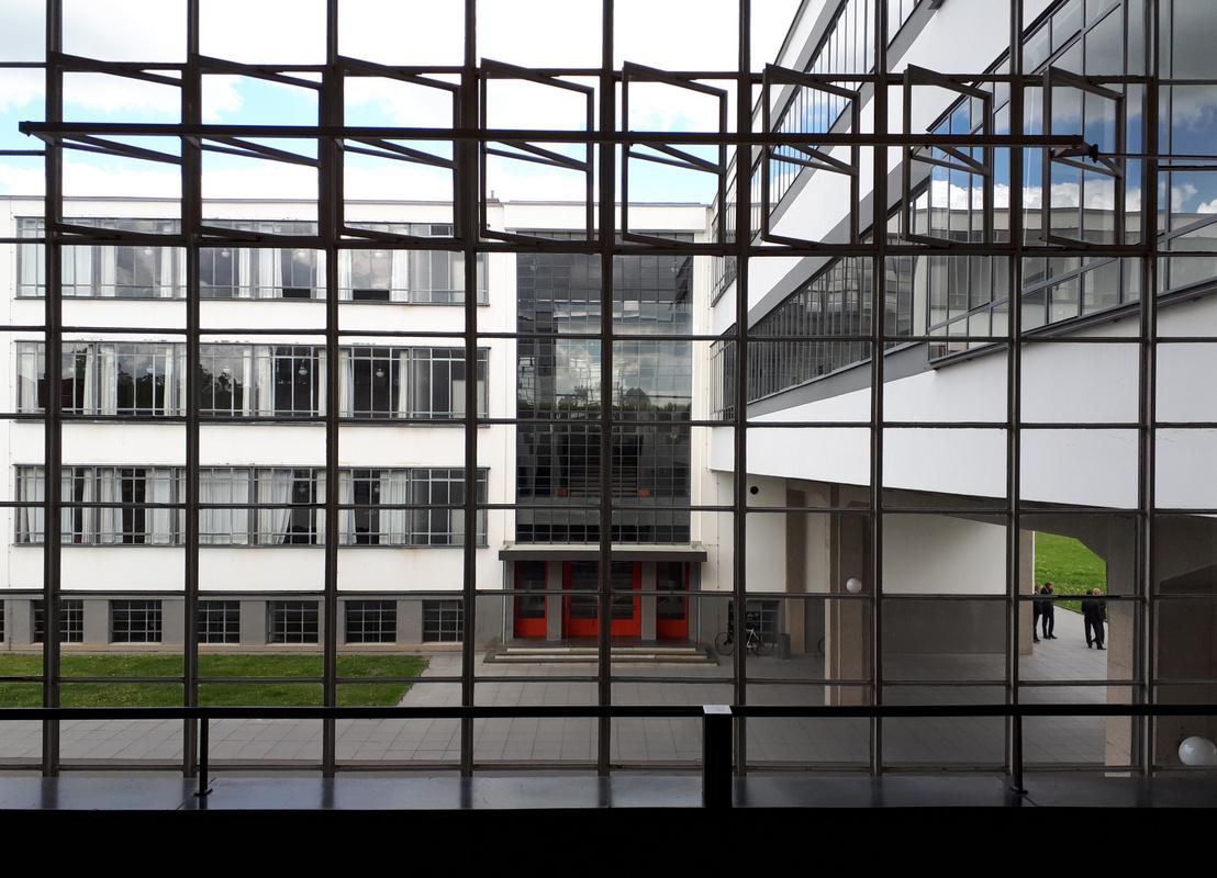 A tanulószárny és a parancsnoki híd a lépcsőházból. Fenn látható az az együtt nyíló ablaksor, mely igazi újdonságnak számított a maga korában