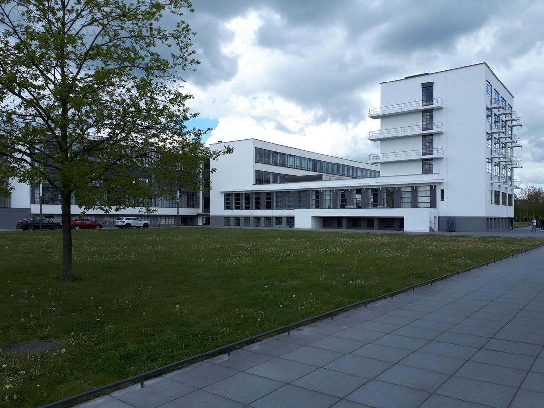 """Ma sem tűnne elavultnak egy ilyen irodaház. Balra a műhelyek üvegfüggönye, középen az előadó és az étkező, mögötte a """"parancsnoki híd"""", jobbra a kollégium"""