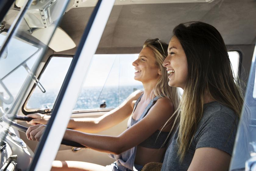 auto-nyaralas-vezetes-nő