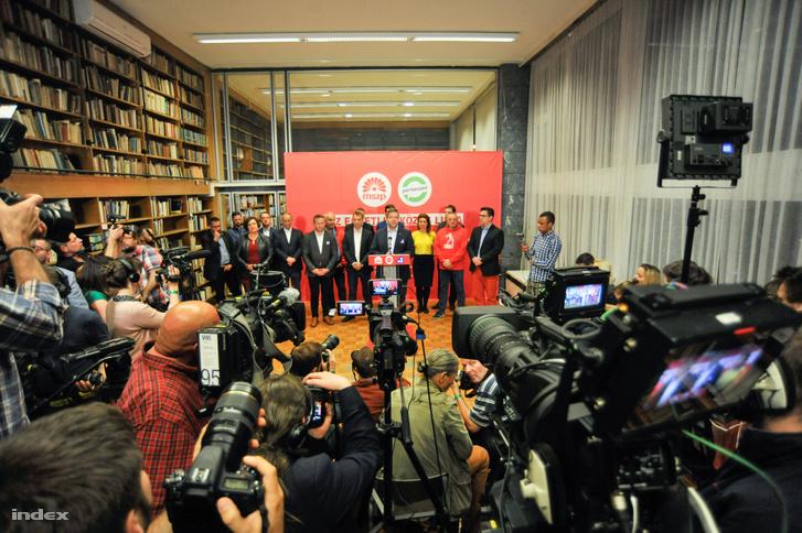 Sajtótájékoztató az MSZP eredményváró rendezvényén az EP-választás éjszakáján