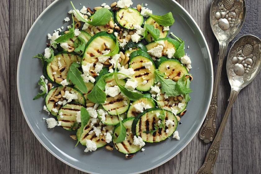 Grillezett cukkinisaláta fetával: karcsúsító finomság, amivel könnyű a diéta