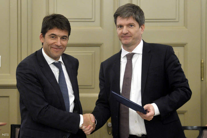 Bruno Even, az Airbus Helicopters vezérigazgatója (b) és Maróth Gáspár kormánybiztos kezet fog az egyezmény aláírásán, az Airbus Helicopters beruházásbejelentő sajtótájékoztatója előtt a Külgazdasági és Külügyminisztériumban 2018. december 17-én. Helikopterekhez szükséges alkatrészeket gyártó üzemet létesít Magyarországon az Airbus Helicopters, a 2021-re elkészülő beruházással több száz munkahely jön létre a magyar kormány és vállalat együttműködésének köszönhetően.