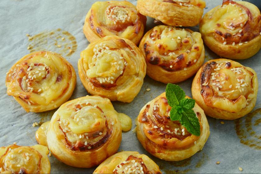 Ropogós, baconös-sajtos tekercsek: leveles tésztából a leggyorsabb