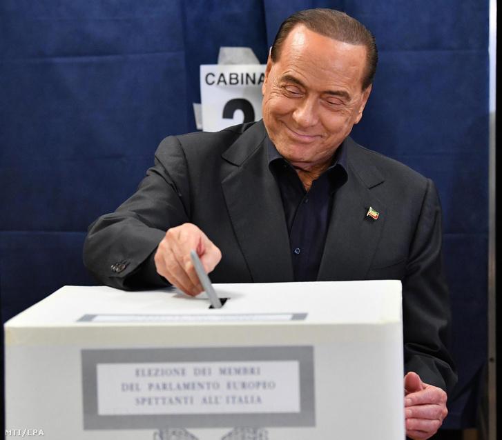 Silvio Berlusconi volt olasz miniszterelnök az ellenzéki jobbközép Forza Italia (Hajrá Olaszország) párt vezetõje leadja szavazatát egy milánói szavazóhelyiségben az európai parlamenti (EP) választáson 2019. május 26-án.