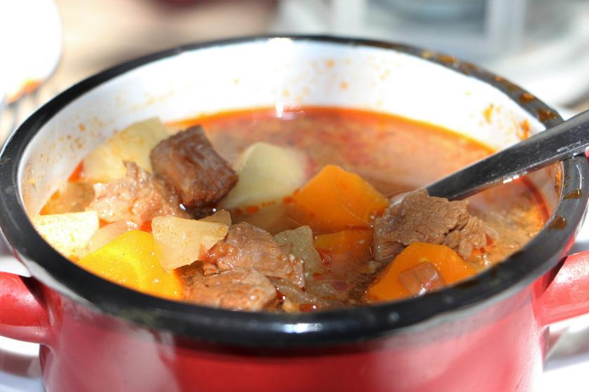 A gazdag gulyásleves nemzeti ételnek számít, a külföldiek többsége is ezt kóstolja meg először Magyarországon. Három összetevő nélkül elképzelhetetlen: a hús, a hagyma és krumpli nem hiányozhat belőle. Akár bográcsban is megfőzheted.