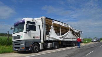 Balesetben kiszakadt ponyvával is továbbhajtott a szerb kamionos