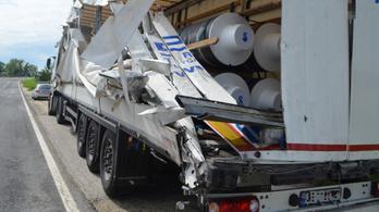 Összetört vontatmányból szórta meg az M5-öst egy kamionos
