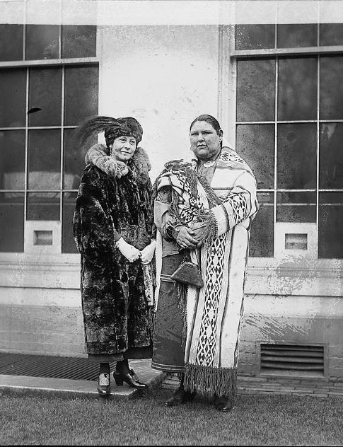 Oszázs asszonyok az 1920-as években, egyikük bundában