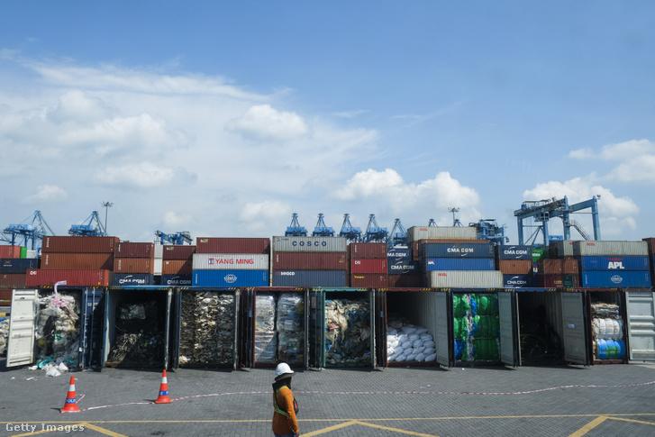 Műanyag hulladék szállítmányokkal töltött konténerek láthatók Port Klangban, mielőtt 2019 május 28-án visszaküldenék a származási országba. Összesen 3000 tonna szennyezett műanyaghulladékot szállítanak vissza.