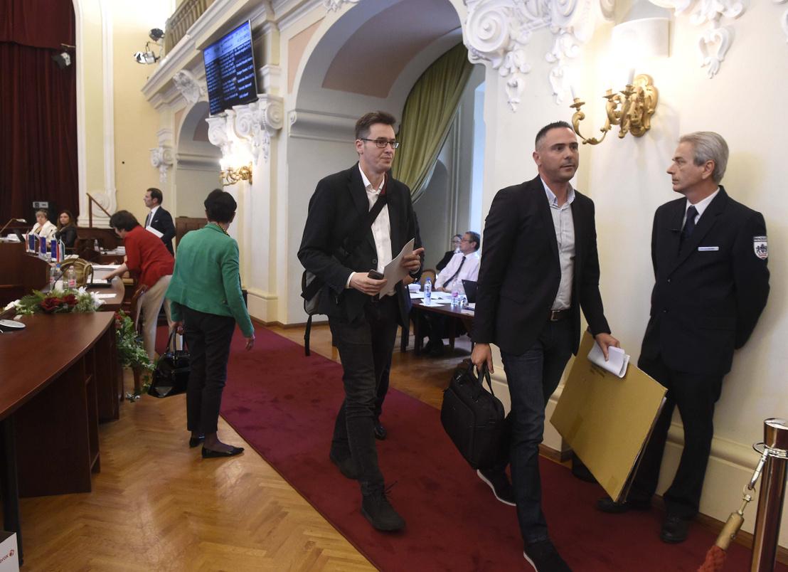 Karácsony Gergely (Együtt-Párbeszéd) zuglói polgármester három ellenzéki párt (MSZP-Párbeszéd-DK) által támogatott főpolgármester-jelölt (k) és Trippon Norbert az MSZP képviselője (j2) elhagyja a Városháza dísztermét ahonnan az ellenzék kivonult a Fővárosi Közgyűlés ülésén.