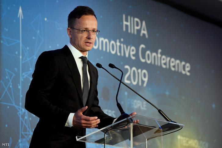 Szijjártó Péter külgazdasági és külügyminiszter beszédet mond a Nemzeti Befektetési Ügynökség (Hungarian Investment Promotion Agency, HIPA) járműipari konferenciáján a fővárosi Kempinski Hotel Corvinus szállodában 2019. május 29-én. A miniszter bejelentette, hogy hosszú távon is magas, az EU átlagát legalább 2 százalékkal meghaladó gazdasági növekedést ösztönöz a kormány hamarosan elkészülő gazdaságvédelmi akcióterve.