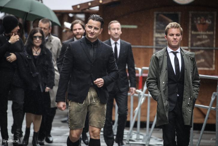 Andreas Gabalier énekes (j) és Nico Rosberg érkezik a temetésre