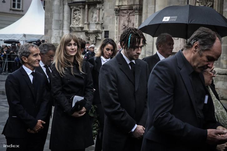 Alain Prost (b) érkezik a temetésre