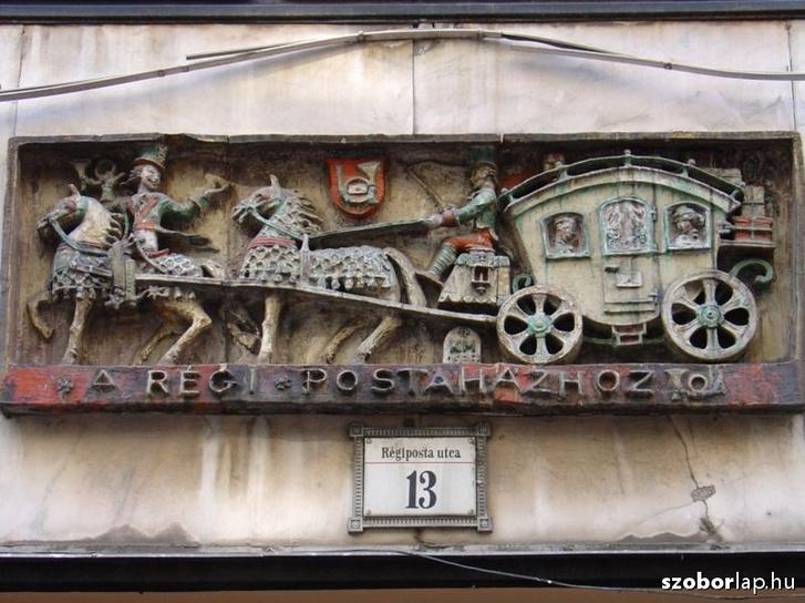 Dombormű a régi postaházhoz a Régiposta utcában.