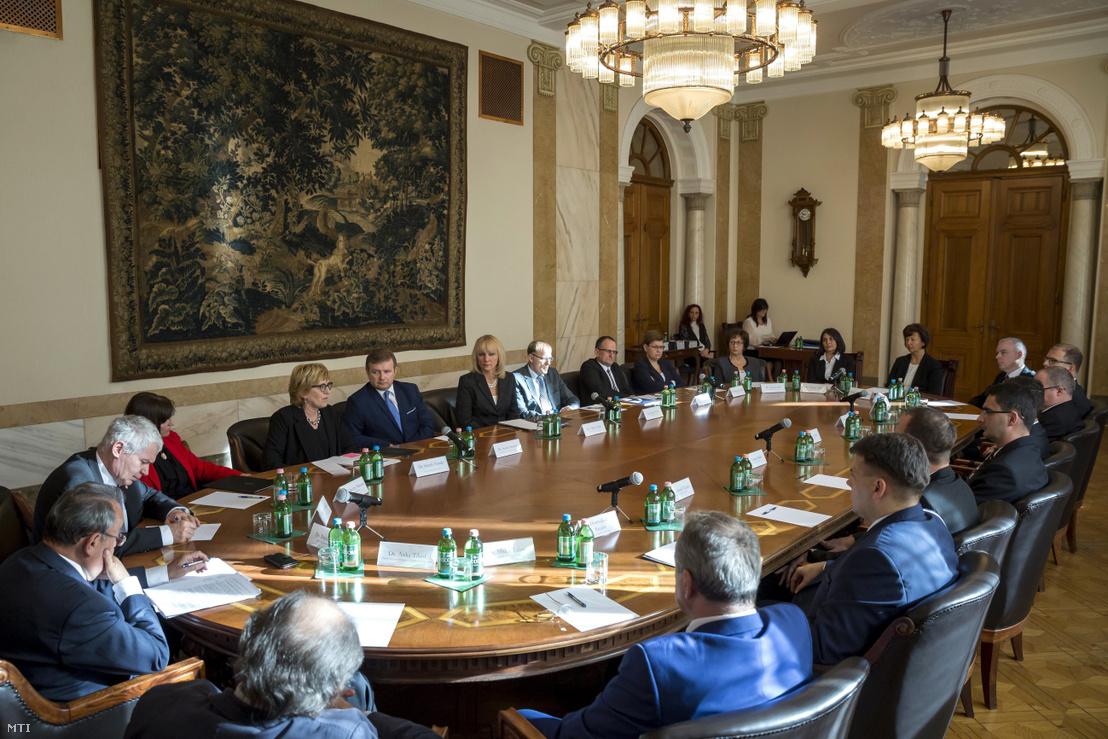 Az Országos Bírói Tanács (OBT) alakuló ülése a Kúria épületében 2018. január 30-án. Az asztalnál Bánáti János a Magyar Ügyvédi Kamara elnöke (b) Polt Péter legfõbb ügyész (b2) Vízkelety Mariann az Igazságügyi Minisztérium igazságügyi kapcsolatokért felelõs államtitkára (b3) Handó Tünde az Országos Bírósági Hivatal (OBH) elnöke (b4) Szabó Sándor a tanács soros elnökhelyettese (b5) Hilbert Edit az Országos Bírói Tanács (OBT) soros elnöke (b6) Darák Péter a Kúria elnöke (b7) Major Zsolt az OBT leköszönõ elnöke (b8) valamint Rendeki Ágnes (b9) Seres Lívia (b10) Fatalin Judit (b11) és Õzéné Hajdu Mária (b12) a tanács tagjai.
