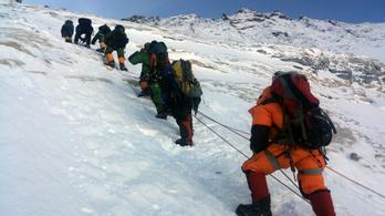 Az Everestre özönlő tömeget korlátozná Nepál