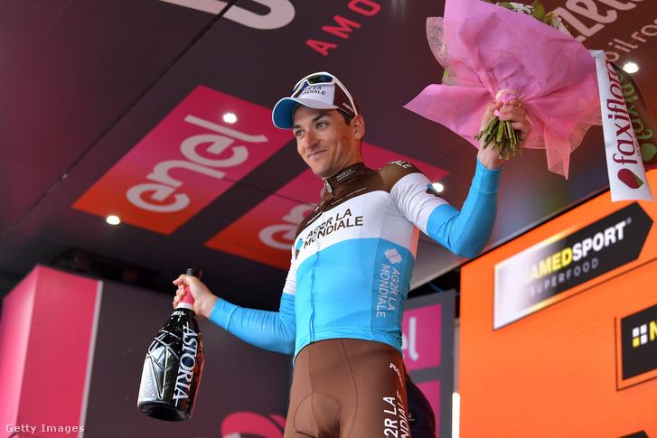 Nans Peters áll a pódiumon a Giro d'Italia 17. szakaszának megnyerése után 2019. május 29-én