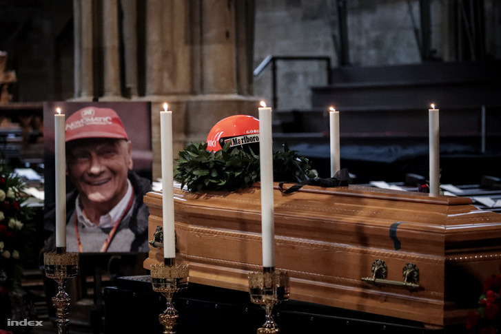Laudát zárt koporsóba helyezték, a sírba Ferrari-overallban került, sisakját pedig a koporsóra tették