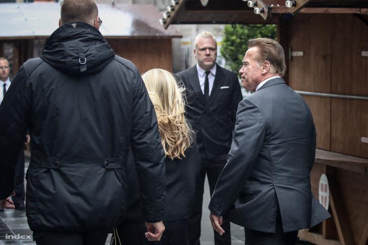 Osztrák hírességek és korábbi, illetve jelenlegi F1-es ismert emberek is búcsút vettek Laudától, itt éppen Arnold Schwarzenegger érkezik a temetésre