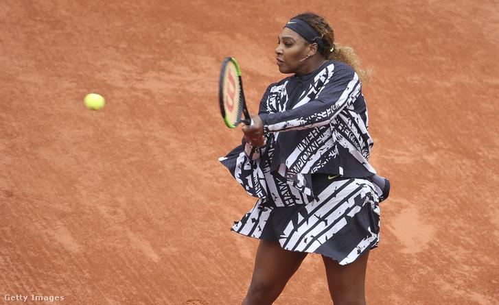 Serena Williams a Roland Garroson 2019. május 27-én egy speciális Nike dzsekiben, amire franciául az van írva, hogy bajnok, királynő, istennő, anya.