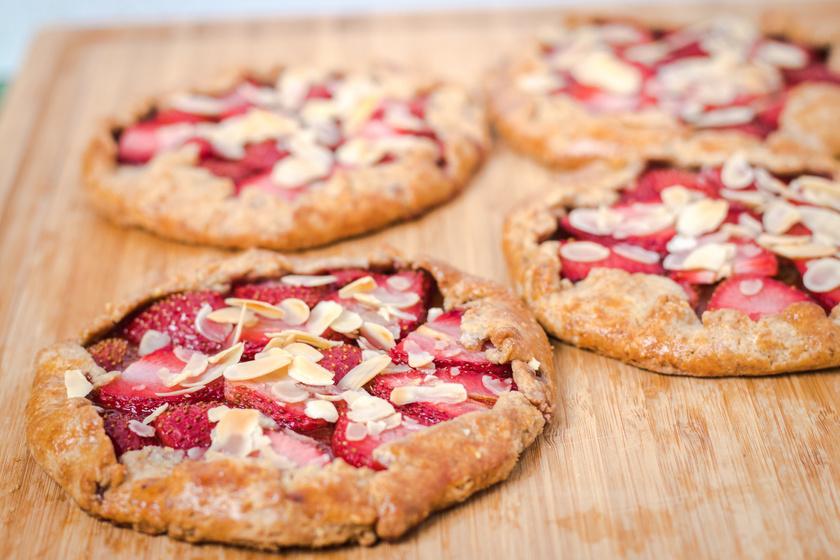 Mandulás, epres hajtogatott pite: nagyon egyszerű a tésztája
