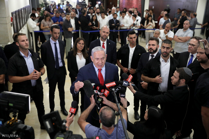 Benjámin Netanjahu izraeli miniszterelnök nyilatkozik a sajtónak Jeruzsálemben 2019. május 29-én, miután nem sikerült megalakítania ötödik kormányát, így az izraeli parlament, a kneszet megszavazta önmaga feloszlatását. A 120 képviselőből 74 támogatta az április 9-i választások után április 30-án felesküdött kneszet feloszlatásáról szóló törvényjavaslatot és az új választások kiírását, várhatóan szeptember 17-ére.