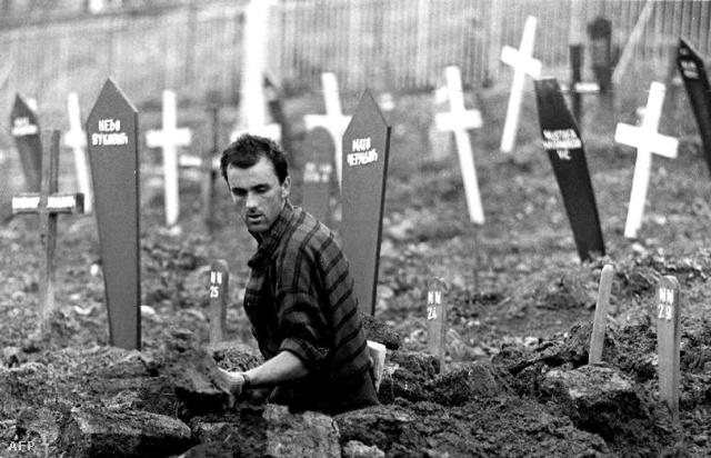 Bosnyák sírásó gödröt ás egy futballstadionból kialakított temetőben