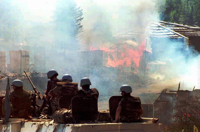 ENSZ katonák figyelik a lángoló Olimpia Hotel épületét Bjelasnicában, miután szerb csapatok kivonultak a területről, felégetve mindent maguk mögött.