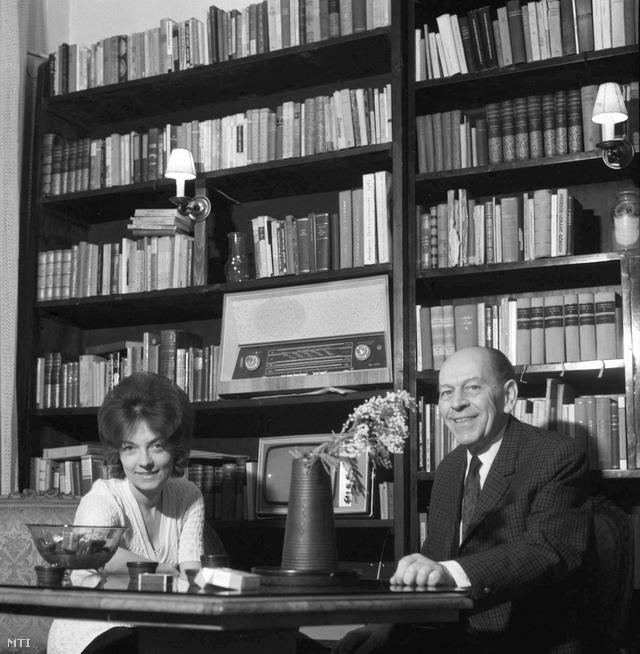 1971. Örkény István otthonában feleségével, Radnóti Zsuzsával, a Vígszínház dramaturgjával.