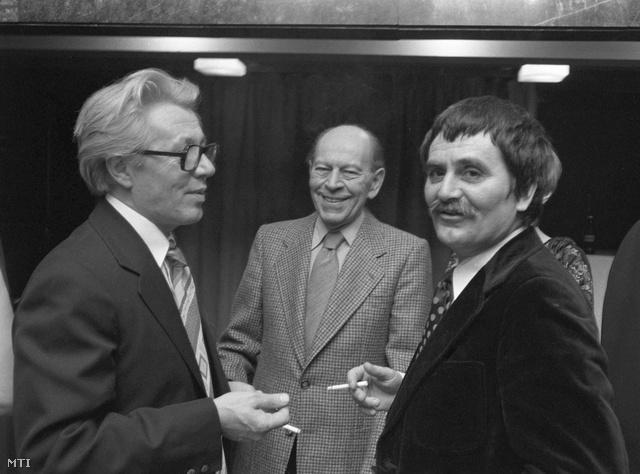 1978.  Örkény, Sütő András és Juhász Ferenc társaságában a Nemzeti Színházban Sütő András: Kain és Ábel című drámájának ősbemutatóján.