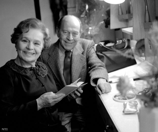 1979. Örkény, Sulyok Mária színésznővel a Macskajáték című darab előadása előtt a színházi öltözőben.