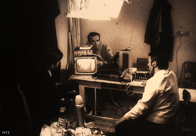 Lehallgatásról készült fénykép az OSA Achívum Operatív fotó... c. kiállításán