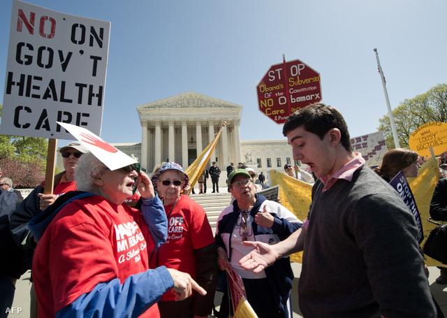 Ellentüntetők és Obamapártiak vitatkoznak a legfelsőbb bíróság előtt