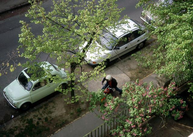Tipikus nyár reggeli kép, Gyarmat u. 44., 2000: Fityó, Nagy úr Astrája, a Mercink, Kati pedig indul dolgozni a kis Romettel