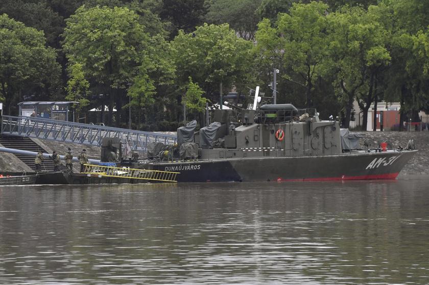 A honvédség hajója a Duna fővárosi szakaszán, a Margit-szigetnél 2019. május 30-án. Jelenleg a Hableány roncsainak kiemelésére készülnek.