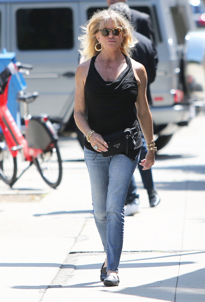 Gondoljuk, hogy a képek és a kis információmorzsák alapján mostanra már rájött, hogy a Golden Globe-díjas Goldie Hawnról van szó, akit nem éppen a legjobb napján kaptak lencsevégre a fotósok